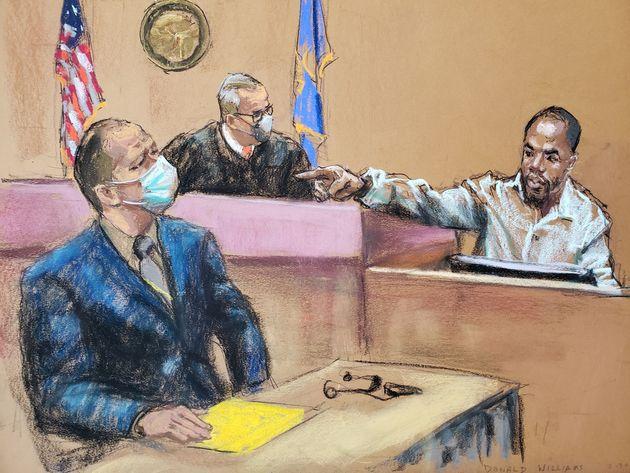 Donald Williams, uno de los testigos, señala al agente Derek Chauvin, durante la sesión de