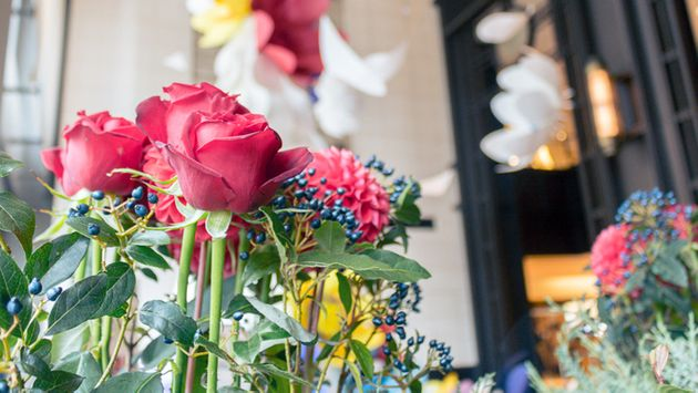 12月、フラワーライフ振興協議会が三菱地所と協働し、丸の内・丸ビルと新丸ビルで展示したインスタレーション「Marunouchi Flower