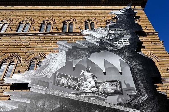 «Η Πληγή» στην πρόσοψη του Παλάτσο Στρότσι