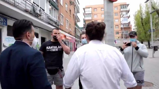 El grupo de neonazis increpa a Pablo Iglesias tras reunirse con una asociación vecinal de