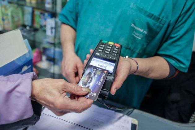 22/12/2020 Roma. Pagamenti digitali effettuati con strumenti di pagamento elettronici: tramite Mobile...