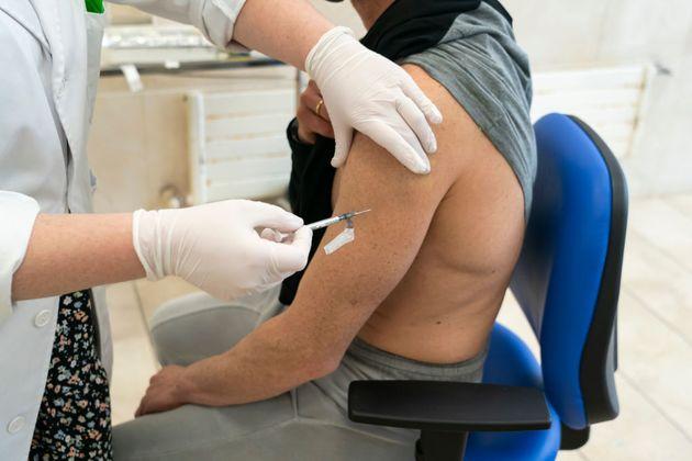 Un hombre joven, vacunado en Santander con una dosis de
