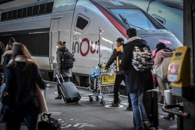 Des voyageurs dans le hall des départs de la gare de Lyon à Paris, le 18 décembre