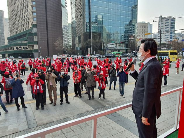 4.7재보궐선거 공식선거운동 첫 날인 지난달 25일 허경영 국가혁명당 서울시장 후보가 서울시청 인근에서 출정식을 갖고 지지를 호소하고