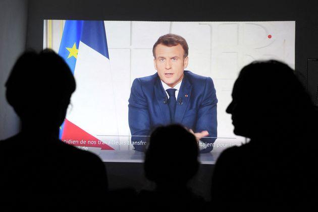 Une famille écoutant l'allocution d'Emmanuel Macron à Marseille le 31 mars
