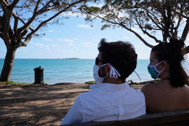 Des personnes assises sur un banc à Nouméa le 8 mars