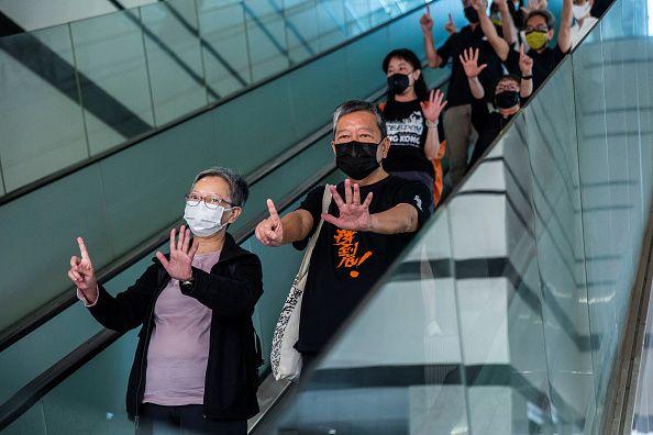 Η βουλευτής Σιντ Χο και ο ακτιβιστής υπέρ της δημοκρατίας Λι Τσεκ Γιαν, ενώ εξέρχονται από το δικαστήριο...