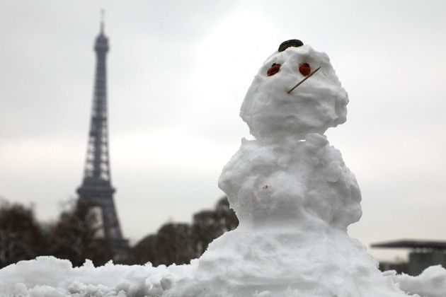 Un bonhomme de neige près de la Tour Eiffel à Paris le 19 mars 2018. Photo