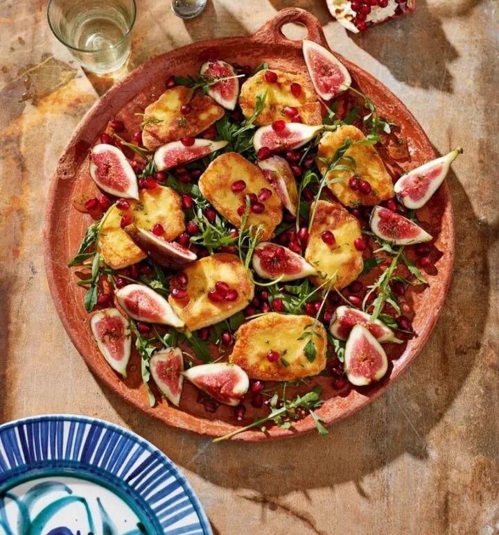Η συνταγή σαλάτας με χαλούμι, μέλι και σύκα που προτείνει η HiuffPost UK