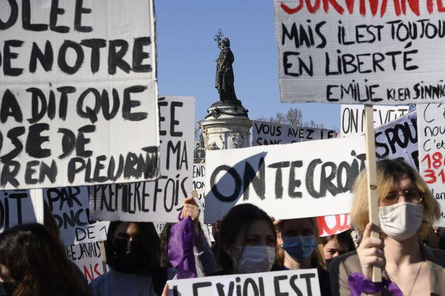 Des femmes participent à une manifestation d'associations féministes appelant à une