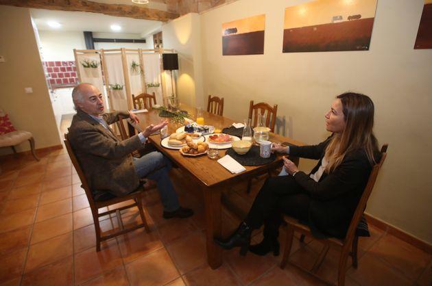 La eurodiputada Susana Solís charla con el periodista colombiano Juan Carlos