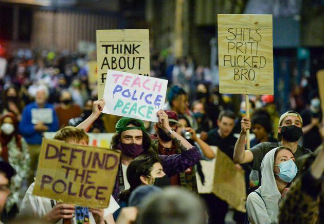 Un grupo de manifestantes marchan por el centro de Bristol durante una protesta de