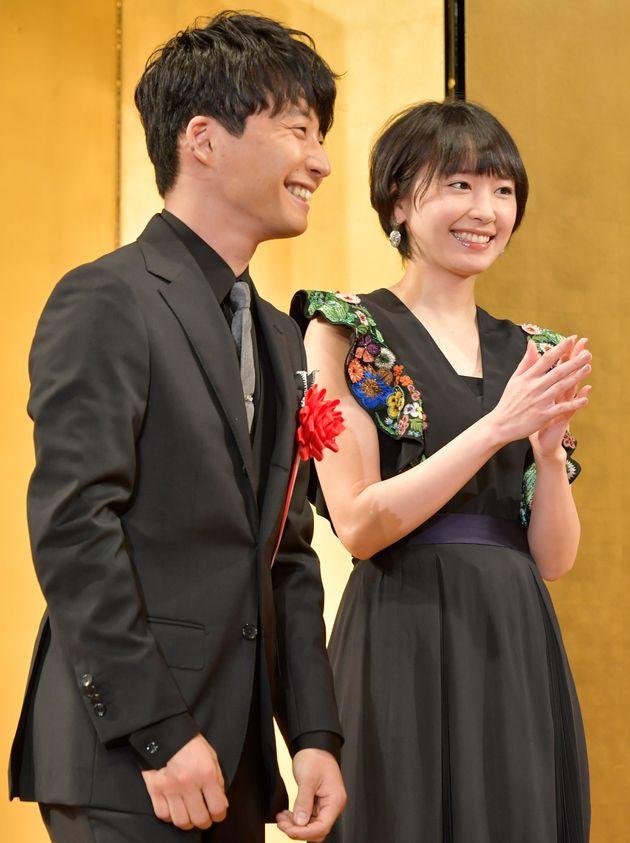 日本映画テレビプロデューサー協会が選出する2017年エランドール賞で、特別賞を受賞したドラマ「逃げるは恥だが役に立つ」の制作チームを祝福する、主演を務めた星野源さん(左)と新垣結衣さん。