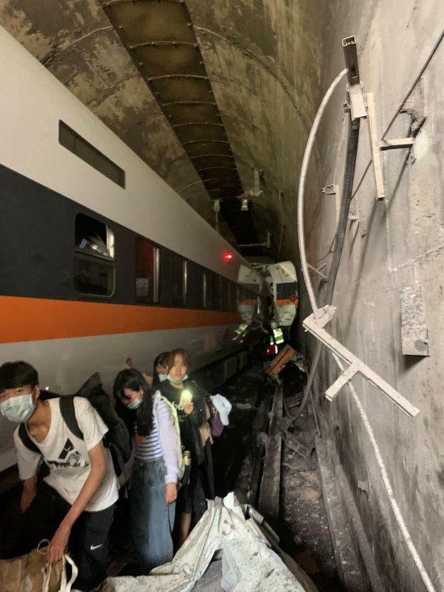 Ταϊβάν: Επιβατικό τρένο εκτροχιάστηκε μέσα σε