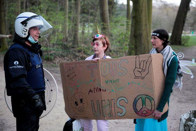 Un policier face aux manifestants à Bruxelles le 2 avril