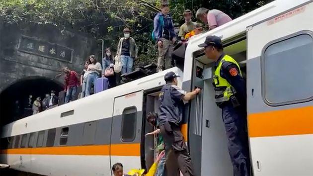 Pasajeros esperando ayuda tras el accidente de tren en