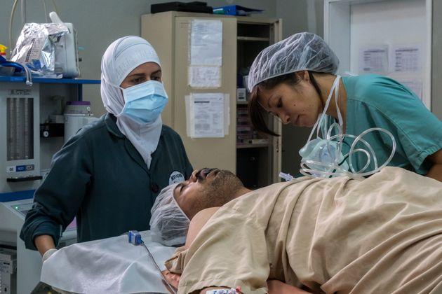 La anestesista Elma Wong, en una operación de