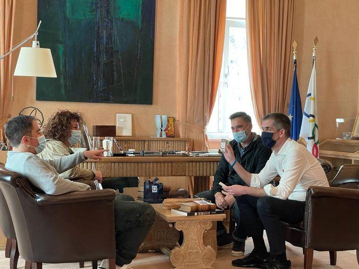 Ο 24χρονος Μιχάλης με τους γονείς του συναντά τον δήμαρχο Αθηναίων, . Μπακογιάννη