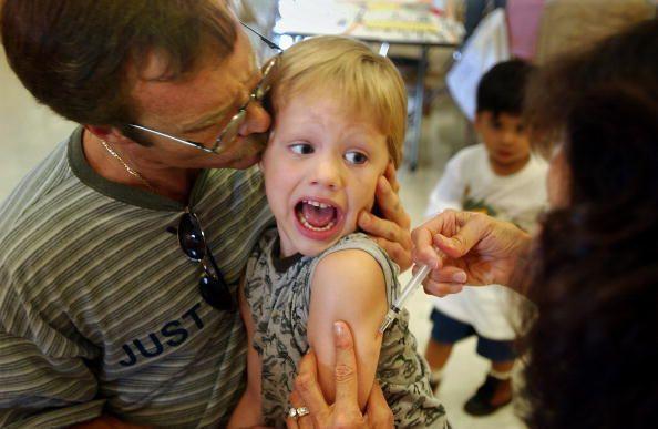 Une campagne de vaccination contre la rougeole dans une école de Californie le 26 août 2002...