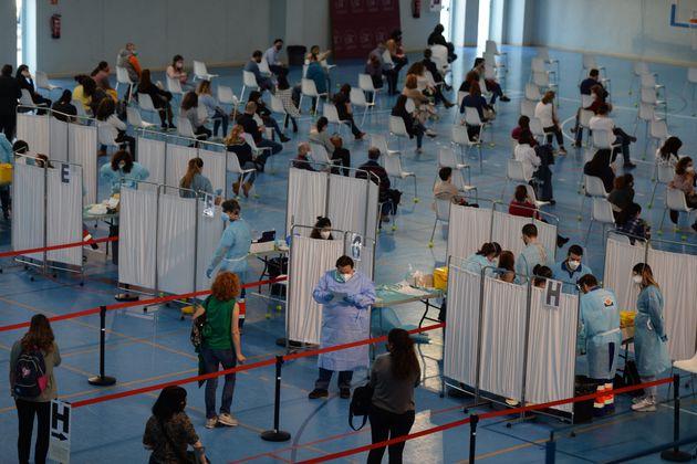 À Séville, des enseignants attendent pour se faire vacciner contre le Covid-19, le 24 février...