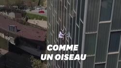 Un homme escalade un immeuble de 116 mètres à mains