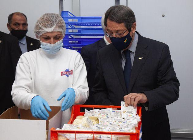 Μάρτιος 2021 Ο πρόεδρος Αναστασιάδης σε επίσκεψη εργοστασίου παραγωγής χαλουμιού