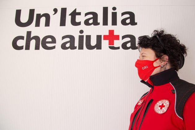 03/04/2021 Roma, volontari della Croce Rossa Italiana distribuiscono uova di Pasqua ai bambini delle...
