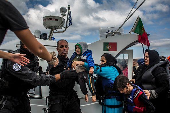 2 Οκτωβρίου, Σκάλα Σικαμινιάς: Μέλη της ακτοφυλακής της Πορτογαλίας βοηθούν μετανάστες που διέσχισαν...