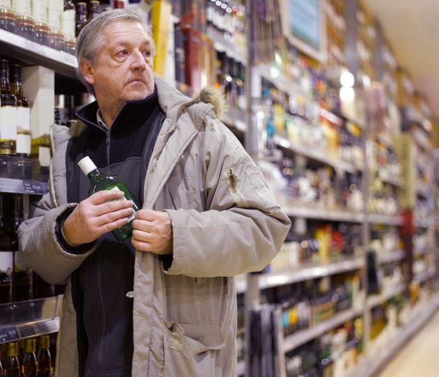 Αλκοολικός αρπάζει μπουκάλι με τζιν από σούπερ μάρκετ.