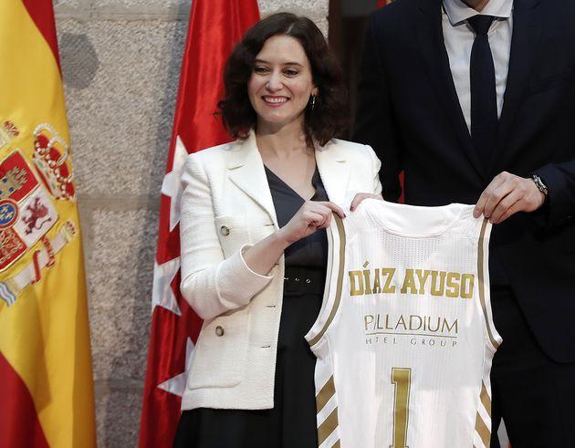 Isabel Díaz Ayuso, con una camiseta con su nombre y el número