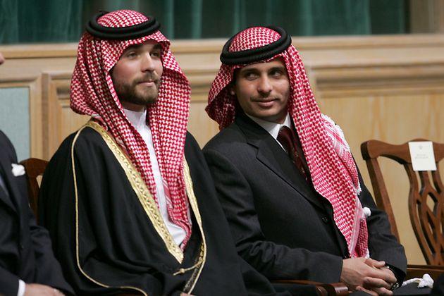 El príncipe Hamzah bin Hussein, a la derecha, y el príncipe Hashem bin Hussein, a la