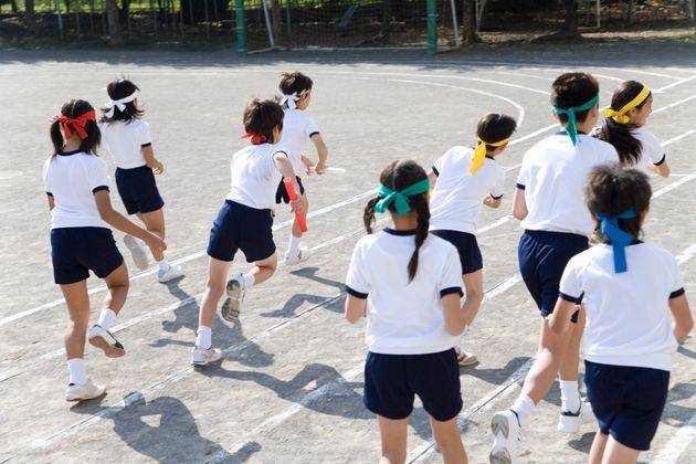 小学校の体育の授業の1コマ。体育の時間に「肌着の着用を禁止」とする指導が行われていることに対し、多くの批判が寄せられている