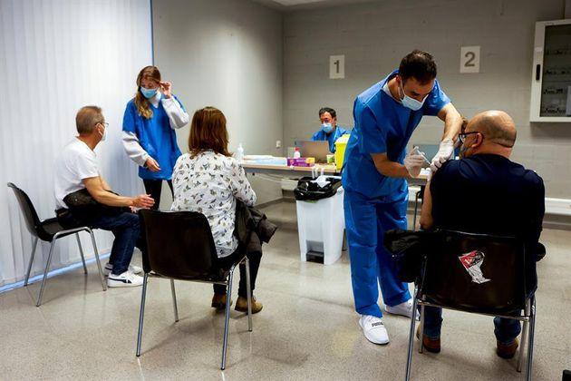 Varias personas se vacunan en el centro UB Raval este