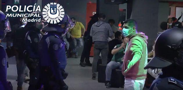 Agentes de la Policía Municipal de Madrid, desalojando un local en el que tenía lugar una...