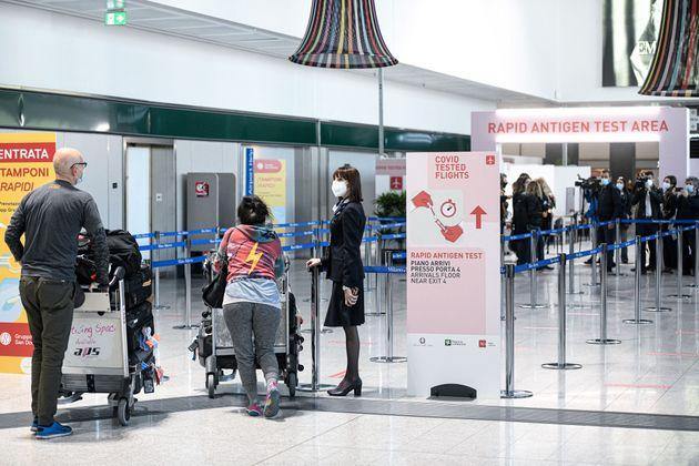 Pasajeros realizando pruebas de coronavirus a su llegada al aeropuerto de