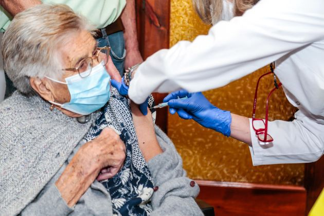 Contxita Capdavila, de 93 años, recibe la primera dosis de la vacuna de Pfizer en su casa en Sant Feliu...