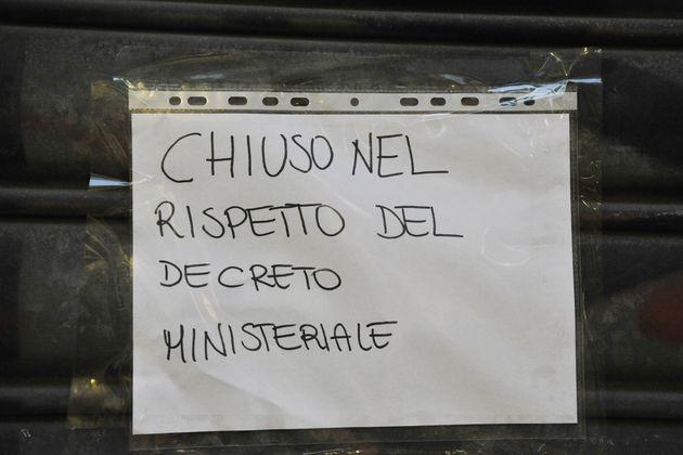 PISA, ITALY - MARCH 11: A sign that reads 'Chiuso nel rispetto del decreto Ministeriale' ('Closed in...