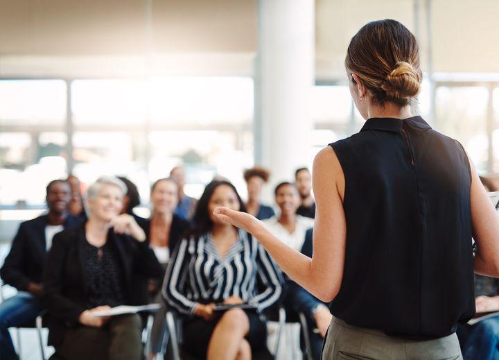 Una mujer interviene en una conferencia.