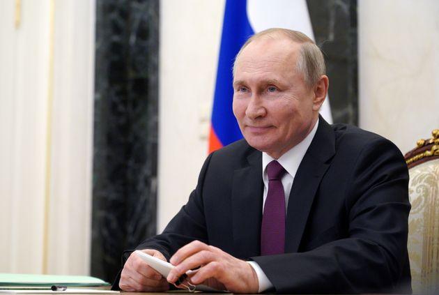 Vladimir Poutine (ici lors d'une visioconférence le 25 mars 2021 à Moscou) a signé le texte qui lui permet...