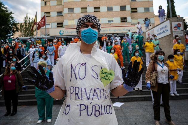 Protesta de sanitarios en el Hospital Gregorio Marañón en defensa de la Sanidad Pública,...