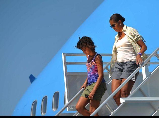 アリゾナ州のグランドキャニオン国立公園空港に到着したミシェル・オバマ氏(右)(2009年8月16日)