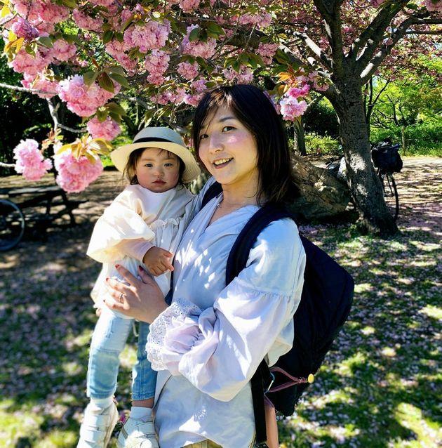 娘を抱く石山裕未さん