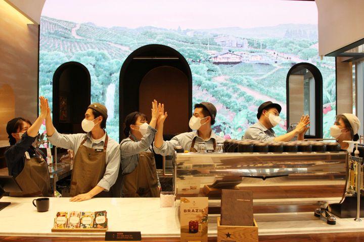 서울 중구 스테이트타워 남산에 오픈한 '별다방'은 국내 카페 최초 글로벌 친환경 건축물 인증제도인 LEED '실버' 등급 인증에 도전한다.