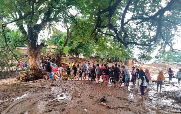 Θάνατος και καταστροφή στο πέρασμα του κυκλώνα Σερότζα από Ινδονησία και Ανατολικό