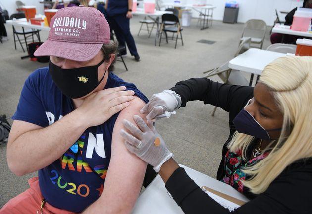 미국 플로리다주에서 한 시민이 코로나19 백신을 맞고