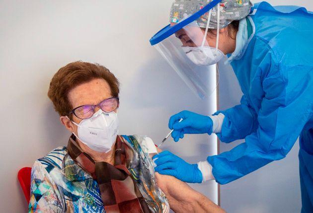 Una mujer se vacuna en el vestíbulo del Palacio de los Deportes de Logroño, La