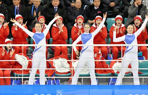 2018年平昌冬季五輪で、女子アイスホッケー南北合同チームの初試合で応援する北朝鮮の応援団