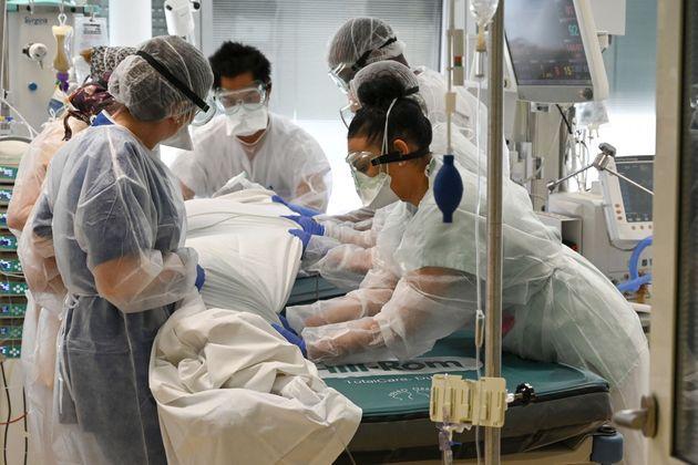 파리 외곽 지역 한 병원에서 의료진들이 코로나19 중환자를 돌보고