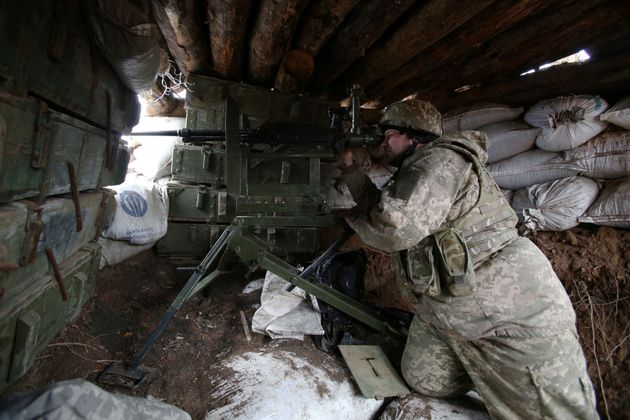 Un soldado ucranio defiende una trinchera en plena zona de guerra de la región de