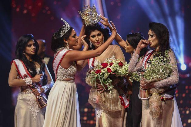 Chiede la squalifica e le strappa la corona: Mrs Sri Lanka riporta lesioni alla testa